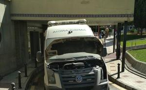 Arde una ambulancia cuando trasladaba a un paciente con un infarto al hospital
