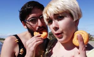 La historia de Alejandro Robles, 'Jirafa Rey', el poeta malagueño tras la canción de 'Cómeme el donut'