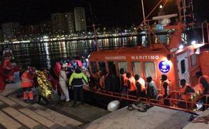 Rescatan a 54 personas a bordo de una patera