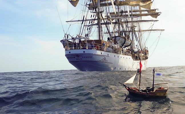 Un navío de juguete en el océano