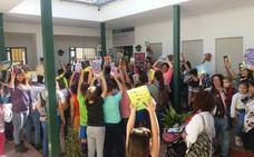 Vecinos de Benajarafe se manifiestan contra el cierre de la agencia de lectura