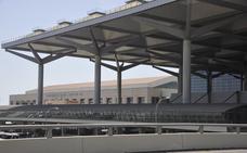 Tres policías evitan que un hombre salte al vacío desde el puente de la T3 del aeropuerto de Málaga