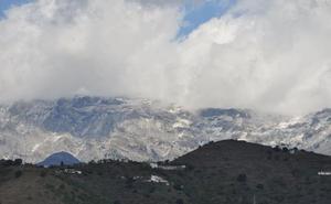 Rescatan en helicóptero a un montañero herido en la cumbre de La Maroma en Alcaucín
