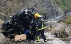 Dos heridos al caer su coche desde 30 metros al río Guadalmedina