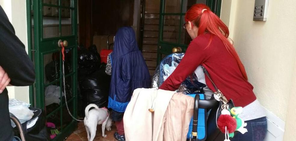 Benalmádena desahucia a una familia con dos niños de tres meses y seis años