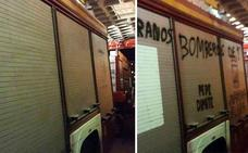 Desaparecen las pintadas de protesta en los camiones de bomberos de Málaga