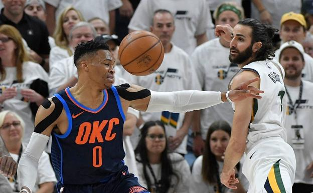 Russell Westbrook intenta defender a Ricky Rubio. /Afp