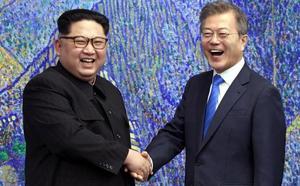 Cumbre histórica entre las dos Coreas tras un apretón de manos