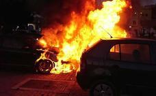 Más de media docena de vehículos afectados por un fuego en Ciudad Jardín