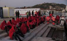 Rescatan una patera con 55 personas a bordo frente a las costas de Málaga