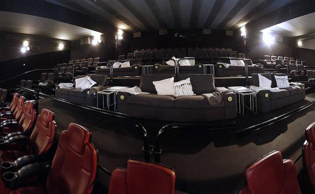 Dos cines de m laga cambiar n las butacas por sof s y cojines para ver las pel culas diario sur - Butacas cine en casa ...