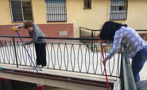 Los vecinos del Pasaje Virgen de Belén barren sus calles