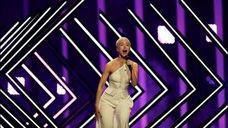 Un espontáneo salta al escenario en Eurovisión y le arrebata el micro a la cantante de Reino Unido