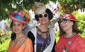Más de medio centenar de personas participan en la quedada con sombrero de Marbella