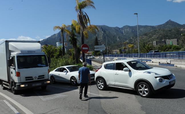 Marbella pide autorización a Fomento para acabar con los inseguros cruces peatonales sobre la A-7