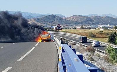 Problemas de tráfico en Churriana por el incendio de un vehículo en plena A-7