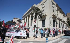 Un centenar de jubilados 'rodean' la sucursal del Banco de España en Málaga para pedir pensiones dignas