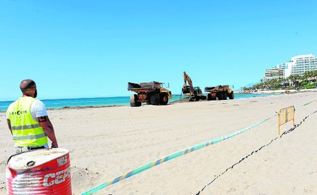 Costas retira arena acumulada junto a la bocana de La Bajadilla para facilitar el paso de la flota pesquera