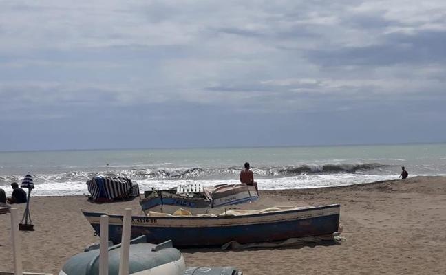 EL FUERTE VIENTO DESPLAZA LA ARENA REPUESTA EN LA CARIHUELA