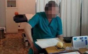 La Audiencia condena a tres años a un falso médico que ejerció más de una década en la calle Frigiliana
