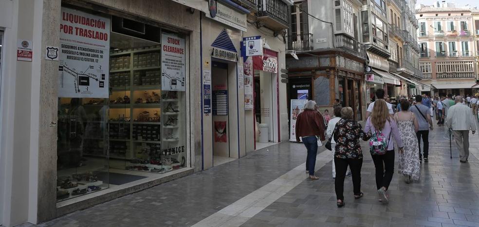 La zapatería Roselli cierra su primera tienda después de 54 años en la calle Granada