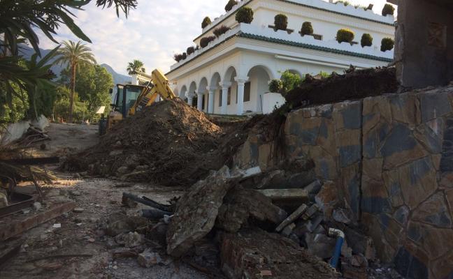 El Ayuntamiento de Marbella repara un muro en riesgo de derrumbe de una casa de la familia real saudí