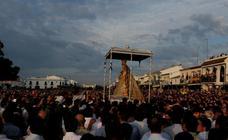 La Virgen del Rocío recorre la aldea tras un 'salto de la reja' adelantado a las 2.53 horas