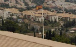 Denuncian el 'cambiazo' de una bandera arco iris de un colegio por otra preconstitucional en Benalmádena