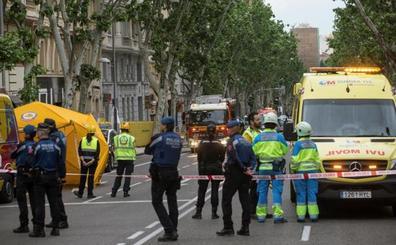 Los bomberos buscan a dos obreros entre los escombros del edificio derrumbado en Madrid