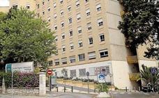 Continúa grave en la UCI del Hospital Regional el trabajador herido tras volcar el 'torito' que conducía