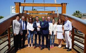 Una pasarela peatonal de madera une Torrox con Vélez-Málaga en la Senda Litoral