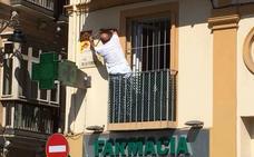 Los propietarios de los edificios del Centro de Málaga empiezan a retirar los mosaicos de Invader
