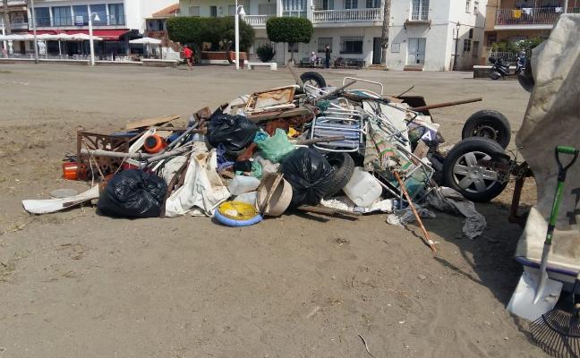 Acometen un plan de limpieza de las zonas de varadero en Rincón de la Victoria con vistas a la temporada veraniega