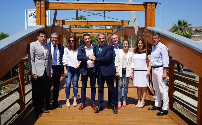 Una nueva pasarela peatonal de madera une Torrox y Vélez dentro de la Senda Litoral