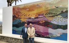 Torre del Mar rinde homenaje a Evaristo Guerra con un mural de su obra 'La Luz de Andalucía' en el paseo marítimo