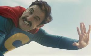 Dani Rovira se estrella en su primer vuelo como 'Superlópez'