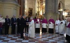 El Cabildo de la Catedral de Málaga entrega su medalla a la Virgen de la Victoria