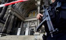 La policía dispara contra un hombre con un cuchillo en la catedral de Berlín