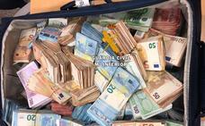 Intervienen 705.000 euros en dos maletas de un pasajero en el aeropuerto de Málaga