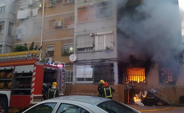 Incendio en un bloque de viviendas situado en la calle Papamoscas/Salvador Salas