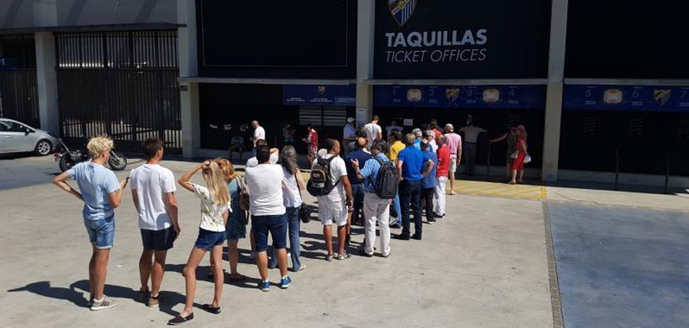 Colas en La Rosaleda para el cambio de asiento de los socios