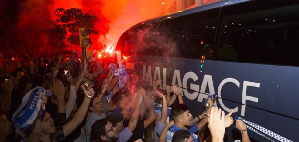 La reacción de la afición: un recibimiento masivo al bus del Málaga para este sábado