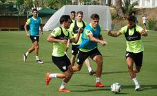 Los jugadores del Málaga realizan la última sesión de trabajo de la semana en el campo de La Quinta
