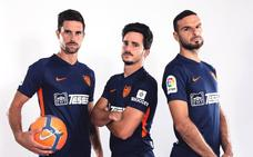 La segunda equipación del Málaga será azul marino, con detalles en naraja