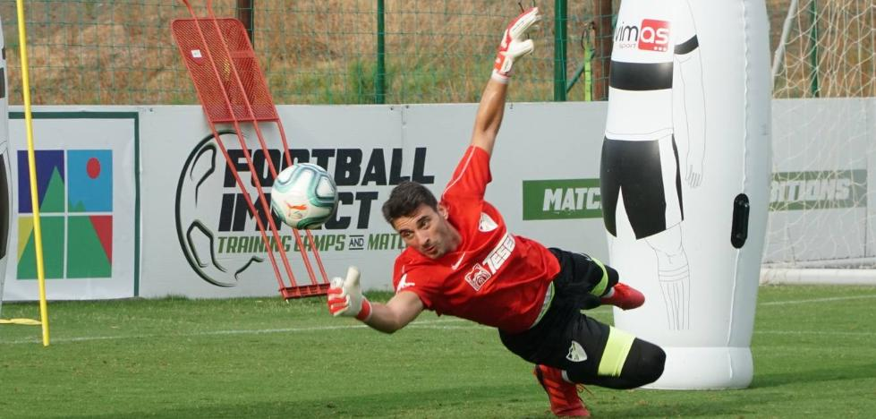 El Málaga ofrece al portero Cenk pactar un despido por el salario mínimo de Segunda División