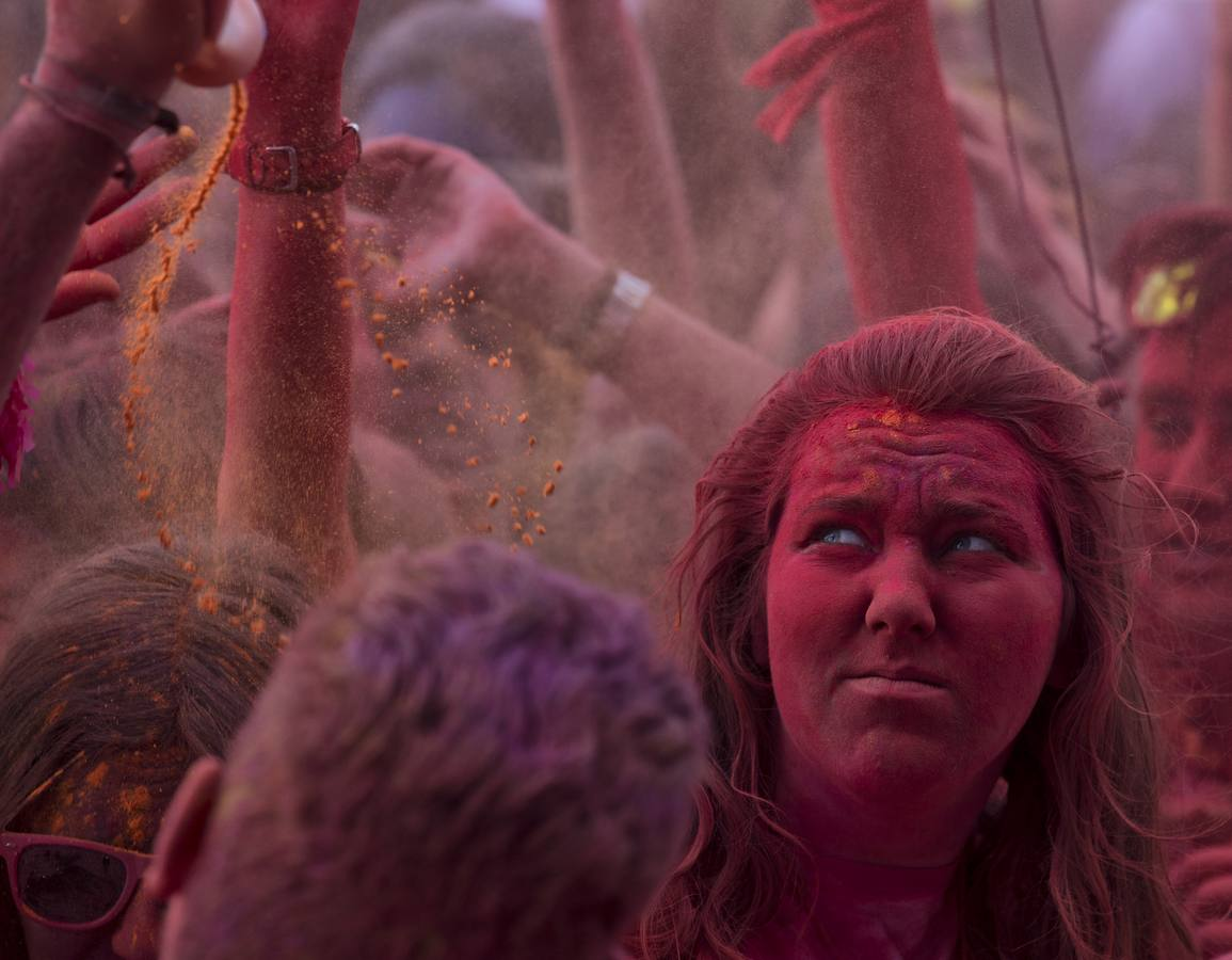 La carrera 'Holi Run' pone color a Málaga (I)