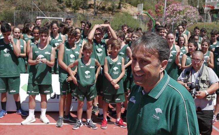 El entrenador del Unicaja, Luis Casimiro, visita el Campus de la Fundación Unicaja