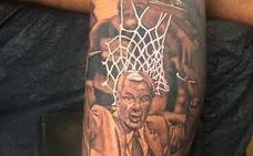 El tatuaje de Deon Thompson que homenajea a su entrenador de la Universidad