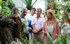 Carmen Thyssen se interesa por el Orquidario y la Ruta de los Murales de Estepona