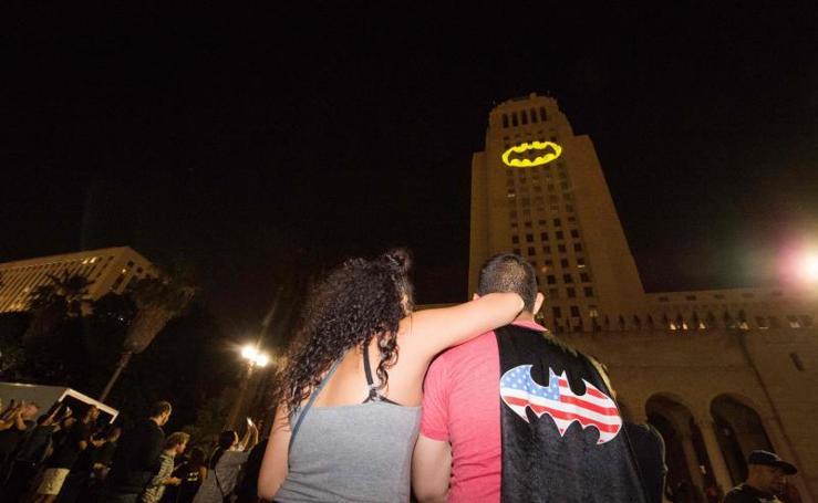 Batman rinde tributo a Adam West en Los Ángeles